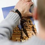 Ylioppilaskamerat | Pekka leikkaa pohjustettua kuvaa